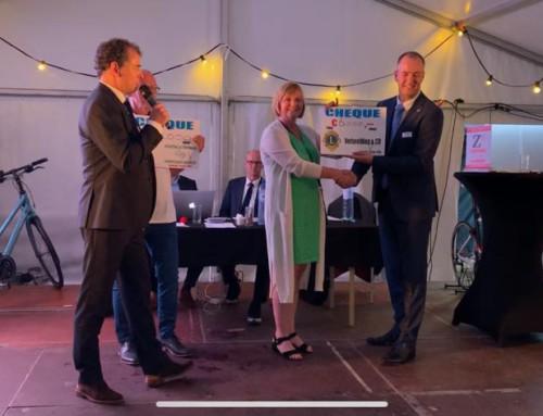Cultuurmakelaar neemt voor Verbeelding&CO een cheque in ontvangst bij de Zeewoldense Haringparty